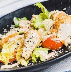 Салат с куриной крудкой фри и овощами