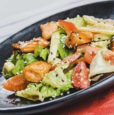 Салат овощной с жареным лососем террияки